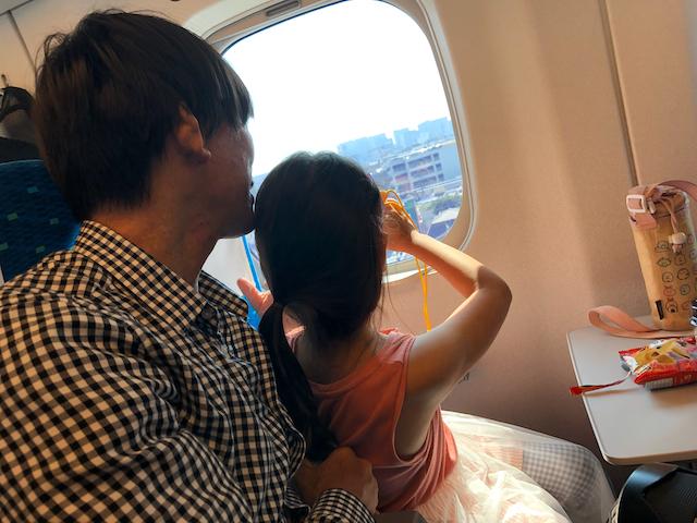 新幹線を楽しむ親子